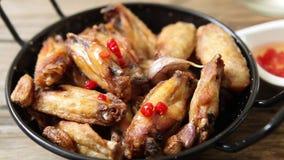 κοτόπουλο που τσιγαρίζ& απόθεμα βίντεο