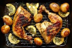 κοτόπουλο που ψήνεται στη σχάρα Στοκ εικόνες με δικαίωμα ελεύθερης χρήσης