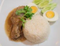 Κοτόπουλο ρυζιού και ψητού με το σκληρό βρασμένο αυγό Στοκ Εικόνες