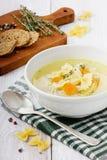 Κοτόπουλο σούπας σε ένα άσπρο κύπελλο με το κουτάλι Στοκ Εικόνα