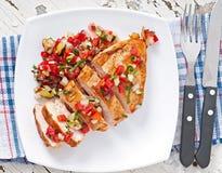 κοτόπουλο στηθών που ψήνεται στη σχάρα Στοκ φωτογραφίες με δικαίωμα ελεύθερης χρήσης