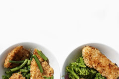 Κοτόπουλο στις τριμμένες φρυγανιές με τα πράσινα φασόλια και μπρόκολο σε ένα άσπρο πιάτο στοκ φωτογραφία με δικαίωμα ελεύθερης χρήσης