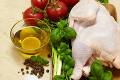 Κοτόπουλο στο ξύλινο υπόβαθρο στοκ φωτογραφίες