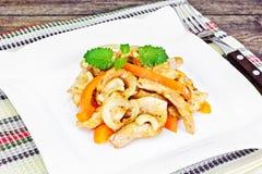 Κοτόπουλο τα καρύδια των δυτικών ανακαρδίων και τη γλυκιά πάπρικα που ψήνονται στη σχάρα με Ασιάτης, ταϊλανδικά Στοκ Εικόνες