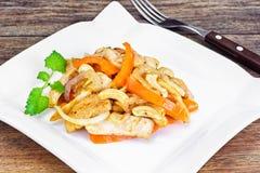 Κοτόπουλο τα καρύδια των δυτικών ανακαρδίων και τη γλυκιά πάπρικα που ψήνονται στη σχάρα με Ασιάτης, ταϊλανδικά Στοκ Φωτογραφία