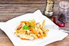 Κοτόπουλο τα καρύδια των δυτικών ανακαρδίων και τη γλυκιά πάπρικα που ψήνονται στη σχάρα με Ασιάτης, ταϊλανδικά Στοκ Φωτογραφίες
