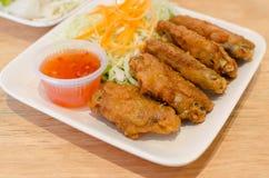 Κοτόπουλο φτερών που τηγανίζεται με τη σάλτσα στο πιάτο Στοκ Εικόνα