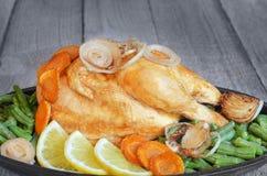 Κοτόπουλο ψητού με τα λαχανικά σε ένα τηγάνι στοκ εικόνες