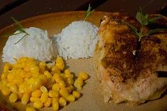 Κοτόπουλο ψητού με το ρύζι και το καλαμπόκι Στοκ Φωτογραφίες