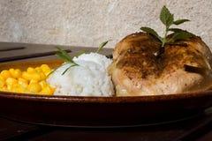 Κοτόπουλο ψητού με το ρύζι και το καλαμπόκι Στοκ Εικόνες
