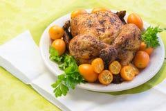 Κοτόπουλο ψητού στο λευκό και πράσινος στοκ εικόνες