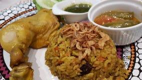 Κοτόπουλο Biryani με πράσινο chutney στοκ εικόνα με δικαίωμα ελεύθερης χρήσης