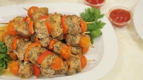 Κοτόπουλο Kebab στα οβελίδια στο πιάτο απόθεμα βίντεο