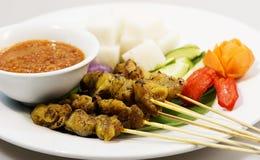 Κοτόπουλο Satay στο άσπρο πιάτο Στοκ εικόνα με δικαίωμα ελεύθερης χρήσης