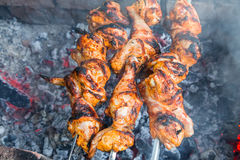 Κοτόπουλο shish kebab που ψήνει στους άνθρακες στοκ εικόνες