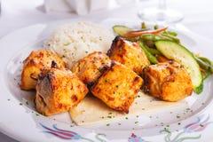 Κοτόπουλο Shish Kebabs Zesty που εξυπηρετείται σε ένα ψωμί Lavash με το ρύζι pi στοκ εικόνα με δικαίωμα ελεύθερης χρήσης