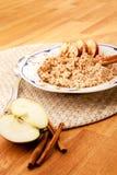 κουάκερ κανέλας μήλων στοκ φωτογραφία με δικαίωμα ελεύθερης χρήσης