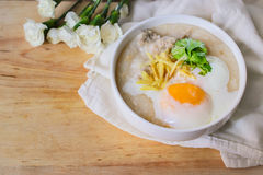 Κουάκερ ρυζιού με τον επίγειο pock εκλεκτής ποιότητας τόνο με τα άσπρα λουλούδια ο Στοκ Εικόνες