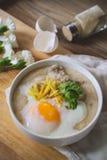 Κουάκερ ρυζιού με τον επίγειο pock εκλεκτής ποιότητας τόνο με τα άσπρα λουλούδια ο Στοκ Φωτογραφία
