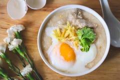 Κουάκερ ρυζιού με τον επίγειο pock εκλεκτής ποιότητας τόνο με τα άσπρα λουλούδια ο Στοκ εικόνα με δικαίωμα ελεύθερης χρήσης