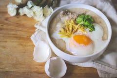 Κουάκερ ρυζιού με τον επίγειο pock εκλεκτής ποιότητας τόνο με τα άσπρα λουλούδια ο Στοκ φωτογραφία με δικαίωμα ελεύθερης χρήσης