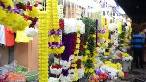 Κουάλα Λουμπούρ, Μαλαισία - 17 Ιουλίου 2018: Γιρλάντα των ζωηρόχρωμων λουλουδιών στην πώληση φιλμ μικρού μήκους