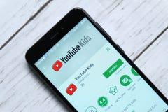 ΚΟΥΆΛΑ ΛΟΥΜΠΟΎΡ, ΜΑΛΑΙΣΙΑ - 28 ΙΑΝΟΥΑΡΊΟΥ 2018: App παιδιών Youtube επίδειξη στο αρρενωπό κατάστημα παιχνιδιού Στοκ Φωτογραφίες