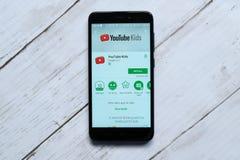 ΚΟΥΆΛΑ ΛΟΥΜΠΟΎΡ, ΜΑΛΑΙΣΙΑ - 28 ΙΑΝΟΥΑΡΊΟΥ 2018: App παιδιών Youtube επίδειξη στο αρρενωπό κατάστημα παιχνιδιού Στοκ Εικόνες