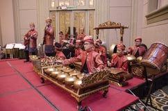 ΚΟΥΆΛΑ ΛΟΥΜΠΟΎΡ, ΜΑΛΑΙΣΙΑ ΣΤΙΣ 12 ΙΟΥΛΊΟΥ 2017: Ομάδα $θμαλαισιανού με το songket που εκτελεί την ορχήστρα Gamelan και το σύγχρον Στοκ Φωτογραφίες