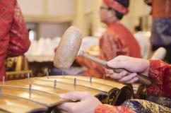 ΚΟΥΆΛΑ ΛΟΥΜΠΟΎΡ, ΜΑΛΑΙΣΙΑ ΣΤΙΣ 12 ΙΟΥΛΊΟΥ 2017: Ομάδα $θμαλαισιανού με το songket που εκτελεί την ορχήστρα Gamelan και το σύγχρον Στοκ Εικόνες
