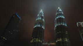 ΚΟΥΆΛΑ ΛΟΥΜΠΟΎΡ, ΜΑΛΑΙΣΙΑ, σύννεφα Timelapse που κινείται στους πύργους Petronas απόθεμα βίντεο