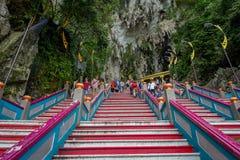 Κουάλα Λουμπούρ, Μαλαισία - 9 Μαρτίου 2017: Τα σκαλοπάτια σε Batu ανασκάπτουν, ένας λόφος ασβεστόλιθων με τις μεγάλους και μικρού Στοκ φωτογραφία με δικαίωμα ελεύθερης χρήσης