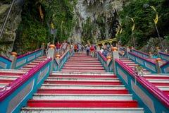 Κουάλα Λουμπούρ, Μαλαισία - 9 Μαρτίου 2017: Τα σκαλοπάτια σε Batu ανασκάπτουν, ένας λόφος ασβεστόλιθων με τις μεγάλους και μικρού Στοκ φωτογραφίες με δικαίωμα ελεύθερης χρήσης