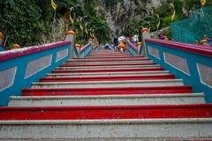 Κουάλα Λουμπούρ, Μαλαισία - 9 Μαρτίου 2017: Τα σκαλοπάτια σε Batu ανασκάπτουν, ένας λόφος ασβεστόλιθων με τις μεγάλους και μικρού Στοκ εικόνες με δικαίωμα ελεύθερης χρήσης