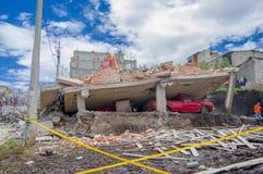 Κουίτο, Ισημερινού - 17 Απριλίου, 2016: Σπίτι που καταστρέφεται από το σεισμό, ένα κόκκινο αυτοκίνητο που πιάνεται με κάτω από τη στοκ φωτογραφία