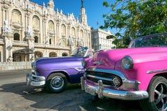 Κουβανικά αυτοκίνητα μπροστά από το θέατρο της Alicia Alonso στην Αβάνα στοκ εικόνα