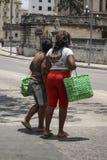 Κουβανικές γυναίκες που υπερασπίζονται το δρόμο, φέρνοντας πράσινες τσάντες στην Αβάνα στοκ εικόνα
