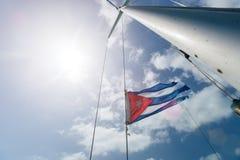 Κουβανική σημαία πέρα από τον ουρανό Στοκ φωτογραφία με δικαίωμα ελεύθερης χρήσης