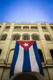 Κουβανική σημαία που κυματίζει σε ένα παλάτι ως σύμβολο της ελευθερίας Στοκ εικόνες με δικαίωμα ελεύθερης χρήσης