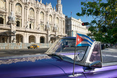 Κουβανική σημαία σε ένα κλασικό αυτοκίνητο στην Αβάνα στοκ φωτογραφία με δικαίωμα ελεύθερης χρήσης