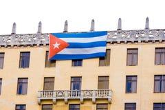 Κουβανική σημαία στην πρόσοψη του κτηρίου, Αβάνα διάστημα αντιγράφων Στοκ Εικόνες