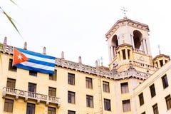 Κουβανική σημαία στην πρόσοψη του κτηρίου, Αβάνα, Κούβα Αντίγραφο SPA Στοκ φωτογραφία με δικαίωμα ελεύθερης χρήσης