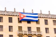 Κουβανική σημαία στην πρόσοψη του κτηρίου διάστημα αντιγράφων Στοκ Φωτογραφίες