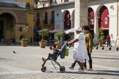 Κουβανικοί οικογενειακοί περίπατοι μέσω του κέντρου της Αβάνας Στοκ Φωτογραφία