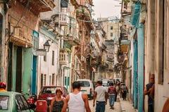 Κουβανικός αναδρομικός εκλεκτής ποιότητας κλασικός δρόμος με έντονη κίνηση πόλεων της Αβάνας με τους ανθρώπους στο υπόβαθρο Στοκ Εικόνες