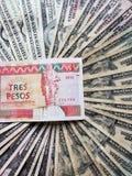 κουβανικό τραπεζογραμμάτιο τριών πέσων convertibles και του υποβάθρου με τους αμερικανικούς λογαριασμούς δολαρίων