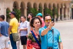 ΚΟΥΒΑ, ΑΒΑΝΑ - 5 ΜΑΐΟΥ 2017: Οι τουρίστες φωτογραφίζονται διάστημα αντιγράφων στοκ εικόνες