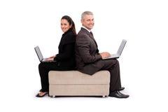 κουβεντιάζοντας ζεύγος που κάθεται Στοκ Εικόνες