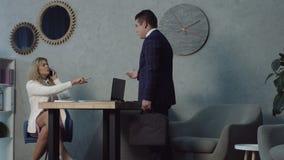 Κουβεντιάζοντας phubbing συνάδελφος γραμματέων στο γραφείο απόθεμα βίντεο
