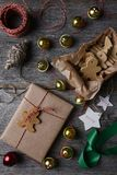 Κουδούνια και μπισκότα χριστουγεννιάτικου δώρου Στοκ Φωτογραφίες